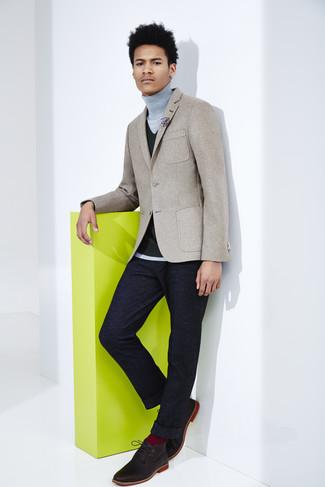 Look de moda: Pantalón de vestir de lana azul marino, Jersey de cuello alto gris, Chaleco de vestir de punto negro, Blazer de lana gris