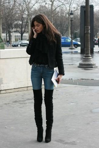 Cómo combinar: vaqueros pitillo azules, jersey de cuello alto negro, chaqueta de tweed negra, chal negro