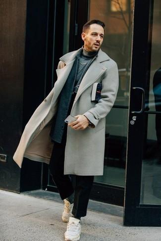 Combinar un abrigo largo gris: Ponte un abrigo largo gris y un pantalón chino de lana negro para después del trabajo. ¿Quieres elegir un zapato informal? Opta por un par de deportivas blancas para el día.