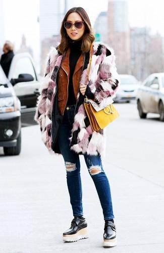 Cómo combinar: vaqueros pitillo desgastados azul marino, jersey de cuello alto negro, chaqueta motera de ante en tabaco, abrigo de piel rosado