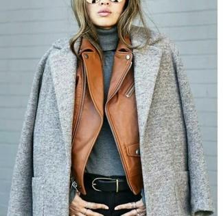 Cómo combinar: vaqueros pitillo negros, jersey de cuello alto gris, chaqueta motera de cuero en tabaco, abrigo gris