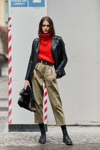 Cómo combinar: falda pantalón marrón claro, jersey de cuello alto de punto rojo, chaqueta motera de cuero negra, chal en gris oscuro