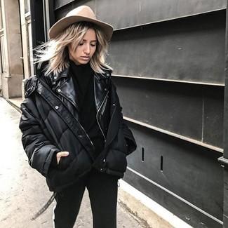 Cómo combinar: pantalones pitillo negros, jersey de cuello alto negro, chaqueta motera de cuero negra, plumífero negro