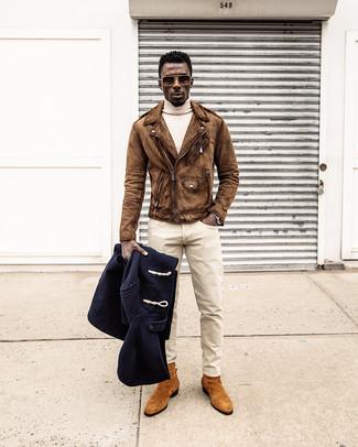 Cómo combinar: pantalón chino en beige, jersey de cuello alto en beige, chaqueta motera de ante marrón, trenca azul marino
