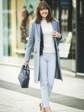 Cómo combinar: pantalones pitillo celestes, jersey de cuello alto blanco, chaqueta sin mangas azul marino, abrigo gris