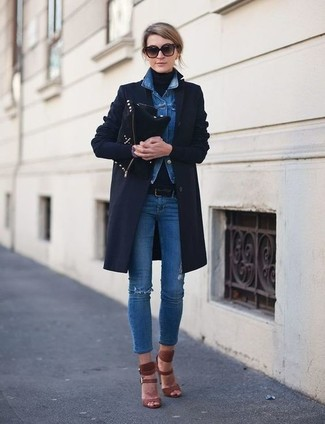 Cómo combinar: vaqueros pitillo desgastados azules, jersey de cuello alto negro, chaqueta vaquera azul, abrigo azul marino