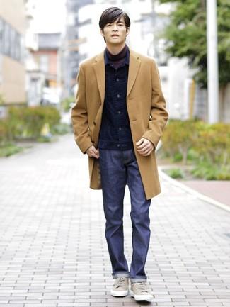 Cómo combinar: vaqueros azul marino, jersey de cuello alto morado oscuro, chaqueta vaquera de pana azul marino, abrigo largo marrón claro