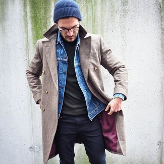 Cómo combinar: vaqueros pitillo negros, jersey de cuello alto verde oliva, chaqueta vaquera azul, abrigo largo en beige