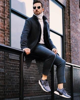 Cómo combinar: pantalón de vestir de rayas verticales azul marino, jersey de cuello alto de punto blanco, chaqueta vaquera azul marino, abrigo largo azul marino