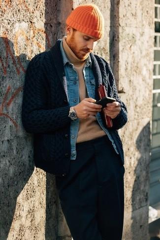 Cómo combinar: pantalón de vestir azul marino, jersey de cuello alto marrón claro, chaqueta vaquera azul, cárdigan con cuello chal azul marino