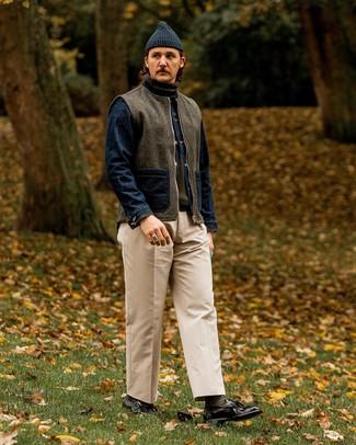 Cómo combinar un pantalón chino con un mocasín con borlas: Usa un chaleco de abrigo de lana en gris oscuro y un pantalón chino para una vestimenta cómoda que queda muy bien junta. Dale un toque de elegancia a tu atuendo con un par de mocasín con borlas.