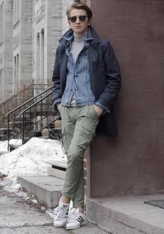 Combinar un pantalón cargo verde oliva: Si buscas un look en tendencia pero clásico, elige una gabardina azul marino y un pantalón cargo verde oliva. ¿Te sientes valiente? Completa tu atuendo con tenis de lona en blanco y negro.