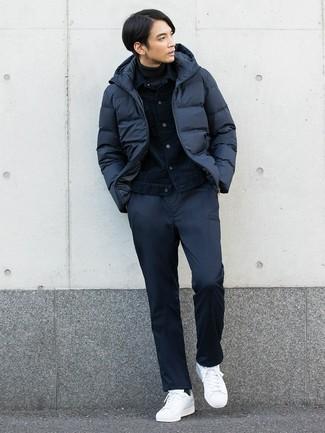 Cómo combinar: pantalón chino azul marino, jersey de cuello alto en gris oscuro, chaqueta vaquera azul marino, plumífero azul marino