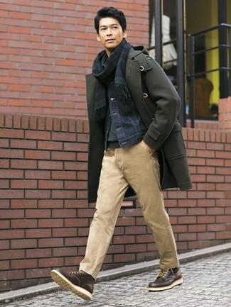 Cómo combinar: pantalón chino marrón claro, jersey de cuello alto en gris oscuro, chaqueta vaquera azul marino, trenca verde oliva