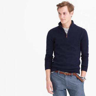 Cómo combinar: jersey de cuello alto con cremallera azul marino, camiseta con cuello circular gris, pantalón de vestir azul, correa de cuero tejida marrón