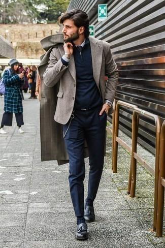 Combinar un jersey de cuello alto con cremallera azul marino: Para un atuendo que esté lleno de caracter y personalidad ponte un jersey de cuello alto con cremallera azul marino y un pantalón chino azul marino. Complementa tu atuendo con mocasín con borlas de cuero negro para mostrar tu inteligencia sartorial.