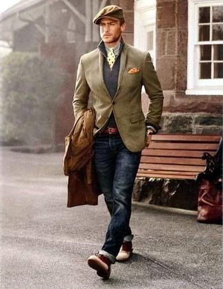 Cómo combinar: camisa de manga larga gris, jersey de cuello alto con cremallera azul marino, blazer marrón claro, gabardina marrón