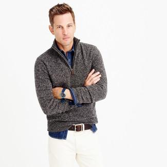 Look de moda: Jersey de Cuello Alto con Cremallera Gris, Camisa Vaquera Azul Marino, Vaqueros Blancos, Correa de Cuero en Marrón Oscuro