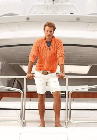Cómo combinar: jersey de cuello alto con cremallera naranja, camiseta con cuello circular de rayas horizontales azul marino, pantalones cortos blancos, correa de lona en beige
