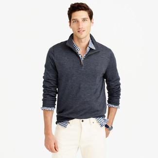 Cómo combinar: jersey de cuello alto con cremallera en gris oscuro, camisa de manga larga de cuadro vichy en blanco y azul marino, vaqueros blancos