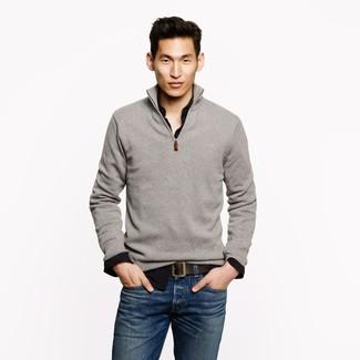 Look de moda: Jersey de Cuello Alto con Cremallera Gris, Camisa de Manga Larga Negra, Vaqueros Azules, Correa de Cuero en Marrón Oscuro