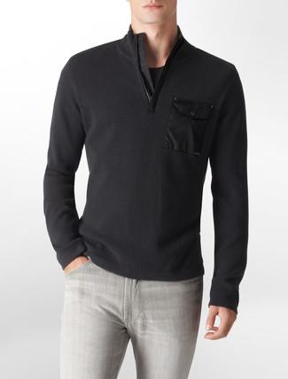 Look de moda: Jersey de cuello alto con cremallera negro, Camiseta con cuello circular negra, Vaqueros grises