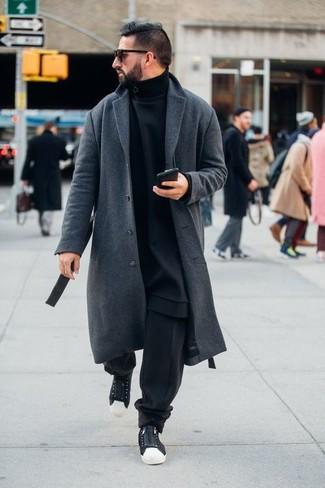 Combinar un abrigo largo gris: Considera ponerse un abrigo largo gris y un pantalón de chándal negro para conseguir una apariencia relajada pero elegante. Mezcle diferentes estilos con tenis de lona en negro y blanco.