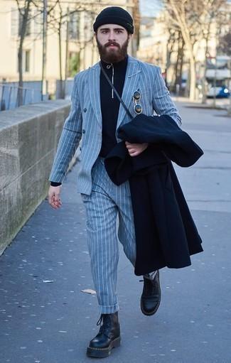 Combinar un traje de rayas verticales celeste: Empareja un traje de rayas verticales celeste con un abrigo largo azul marino para rebosar clase y sofisticación. ¿Quieres elegir un zapato informal? Opta por un par de botas de trabajo de cuero negras para el día.