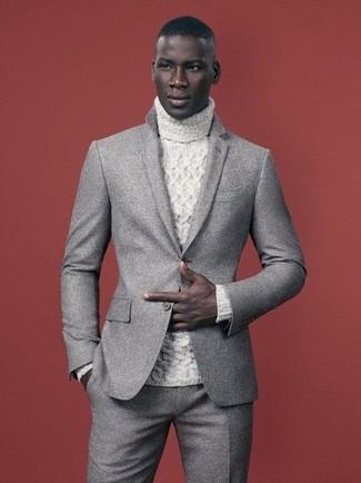Cómo combinar: jersey de cuello alto de punto blanco, traje de lana gris