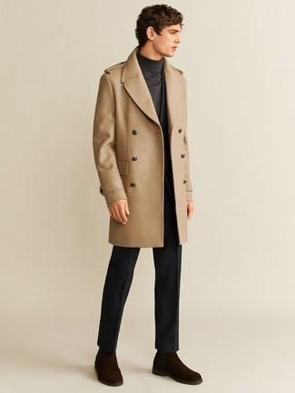 Combinar unos botines chelsea de ante en marrón oscuro: Emparejar un abrigo largo marrón claro con un traje negro es una opción muy buena para una apariencia clásica y refinada. ¿Quieres elegir un zapato informal? Opta por un par de botines chelsea de ante en marrón oscuro para el día.