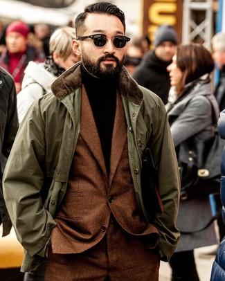 Combinar un jersey de cuello alto en marrón oscuro: Empareja un jersey de cuello alto en marrón oscuro junto a una chaqueta con cuello y botones verde oliva para cualquier sorpresa que haya en el día.