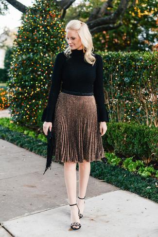 Cómo combinar: jersey de cuello alto negro, falda midi plisada marrón, sandalias de tacón de ante con adornos negras, cartera sobre de ante сon flecos negra