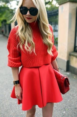 Cómo combinar: jersey de cuello alto de punto rojo, falda skater roja, bolso de hombre de cuero acolchado rojo, gafas de sol negras
