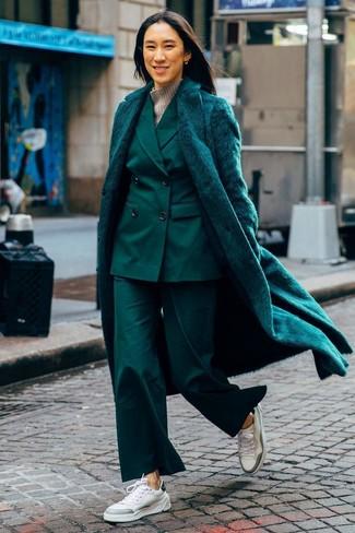 Cómo combinar: tenis de cuero blancos, jersey de cuello alto de lana gris, traje verde oscuro, abrigo de piel verde oscuro