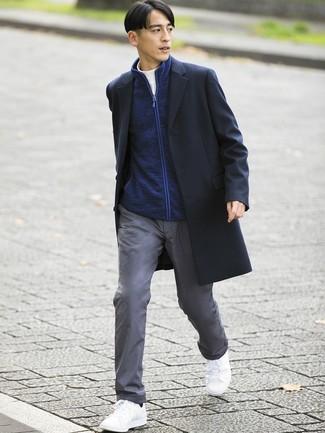 Cómo combinar: pantalón chino gris, jersey de cuello alto blanco, jersey con cremallera azul marino, abrigo largo negro