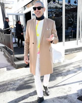 Cómo combinar: vaqueros blancos, jersey de cuello alto negro, jersey con cuello circular efecto teñido anudado blanco, abrigo largo marrón claro