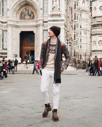 Cómo combinar: vaqueros blancos, jersey de cuello alto blanco, jersey con cuello circular de grecas alpinos en beige, blazer de tartán marrón