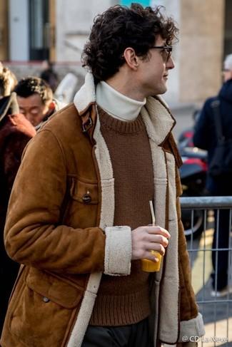 Cómo combinar: pantalón de vestir negro, jersey de cuello alto blanco, jersey con cuello circular de punto marrón, chaqueta de piel de oveja marrón