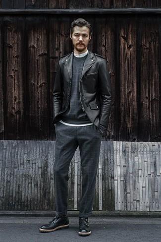 Combinar un jersey de cuello alto blanco: Un jersey de cuello alto blanco y un pantalón chino a cuadros en gris oscuro son prendas que debes tener en tu armario. Con el calzado, sé más clásico y completa tu atuendo con zapatos con doble hebilla de cuero negros.