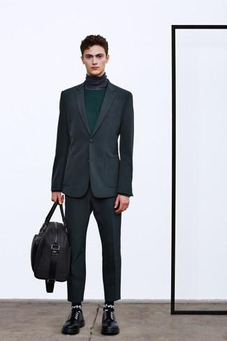 Cómo combinar: zapatos derby de cuero negros, jersey de cuello alto en gris oscuro, jersey con cuello circular verde oscuro, traje en gris oscuro