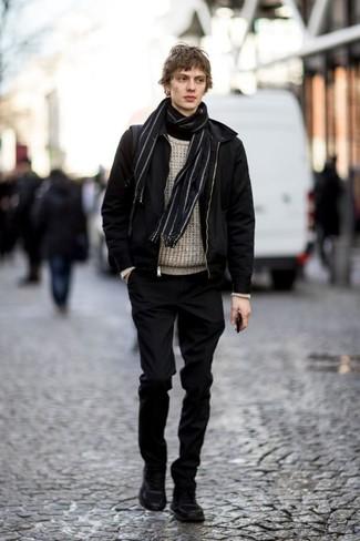 Combinar un jersey de ochos en beige: Utiliza un jersey de ochos en beige y un pantalón chino negro para una vestimenta cómoda que queda muy bien junta. ¿Quieres elegir un zapato informal? Opta por un par de botas de trabajo de ante negras para el día.