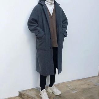 Cómo combinar: pantalón de vestir negro, jersey de cuello alto blanco, jersey de pico marrón, abrigo largo azul marino