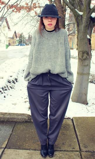 Elige una apariencia sofisticada en un jersey oversized de punto gris oscuro y unos pantalones anchos azul marino. Complementa tu atuendo con botines con cordones de cuero negros.