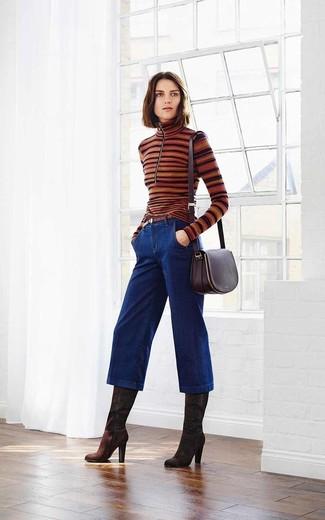Cómo combinar: jersey de cuello alto de rayas horizontales marrón, falda pantalón vaquera azul marino, botas de caña alta de ante en marrón oscuro, bolso bandolera de cuero morado oscuro
