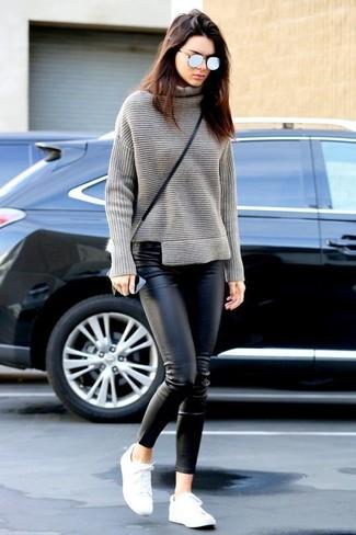 Look de Kendall Jenner: Jersey de Cuello Alto de Punto Gris, Pantalones Pitillo de Cuero Negros, Tenis Blancos, Bolso Bandolera de Cuero Negro