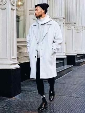 Combinar un jersey de cuello alto gris: Casa un jersey de cuello alto gris con un pantalón chino negro para una vestimenta cómoda que queda muy bien junta. Elige un par de zapatos derby de cuero negros para mostrar tu inteligencia sartorial.