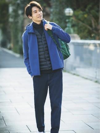 Cómo combinar: vaqueros azul marino, jersey de cuello alto azul marino, sudadera con capucha azul, chaleco de abrigo azul marino