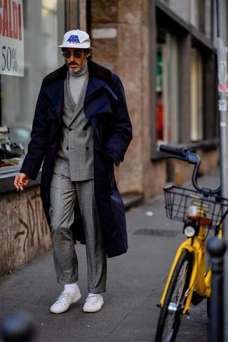 Combinar un traje de tartán gris: Casa un traje de tartán gris con un abrigo con cuello de piel azul marino para una apariencia clásica y elegante. Si no quieres vestir totalmente formal, complementa tu atuendo con tenis blancos.