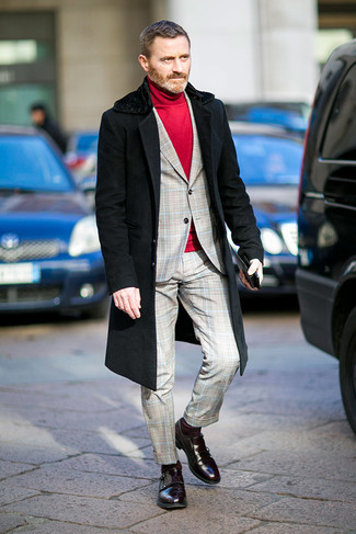 Outfits hombres: Empareja un abrigo con cuello de piel negro con un traje de tartán gris para rebosar clase y sofisticación. Este atuendo se complementa perfectamente con zapatos con doble hebilla de cuero burdeos.