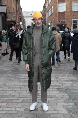 Cómo combinar: tenis blancos, jersey de cuello alto gris, traje gris, abrigo de plumón verde oscuro